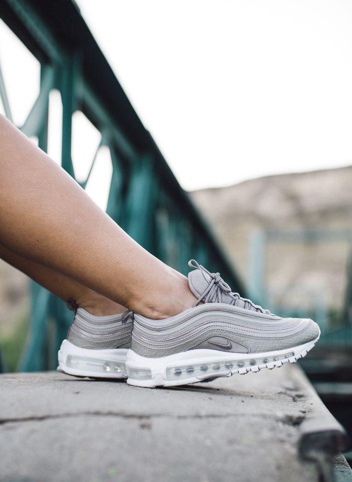 outlet store ff7f0 c156d Las zapatillas Nike Air Max 97 Premium para mujer cuentan con una elegante  parte superior combinada