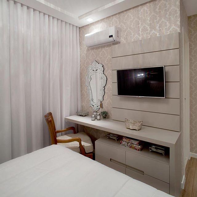 Espaço dentro do quarto como camarim e móvel tv!! Espelho veneziano ...
