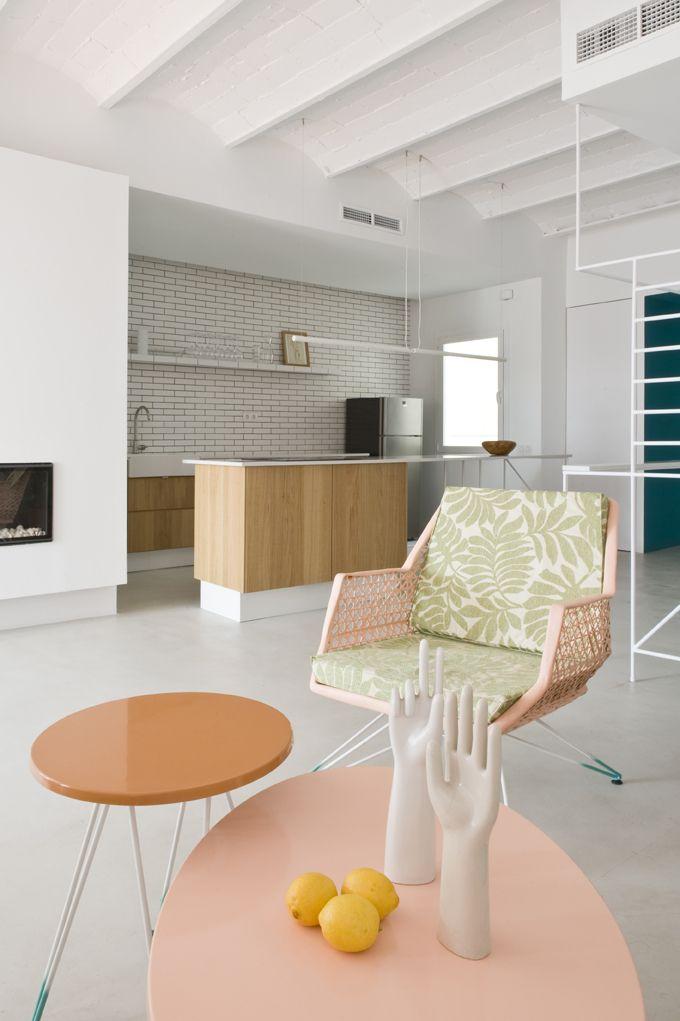 Belle pièce à vivre blanche minimaliste, un zeste de vintage et ...