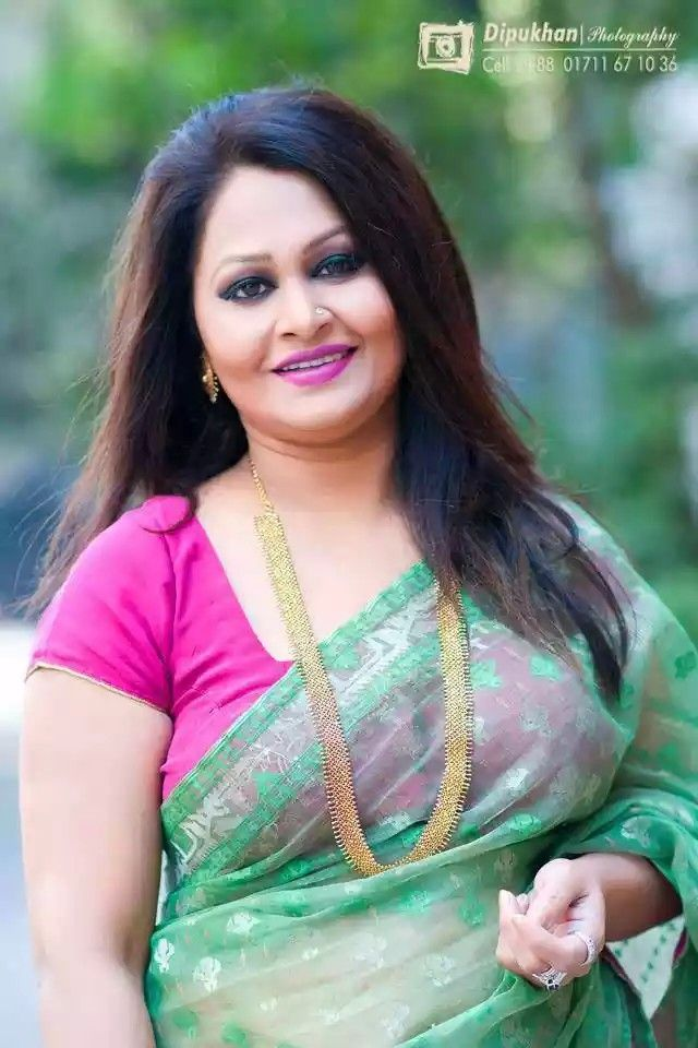 bangladeshi woman looking gorgeous in saree with pink