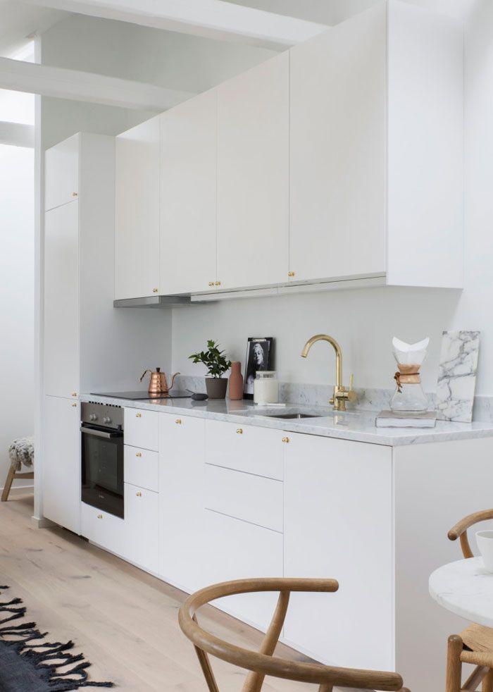 La hotte aspirante est invisible cachée dans le meuble cuisine