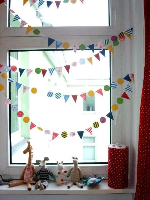 Kinderzimmerdeko fenster karneval bunt kinderzimmer for Kinderzimmer fensterdeko