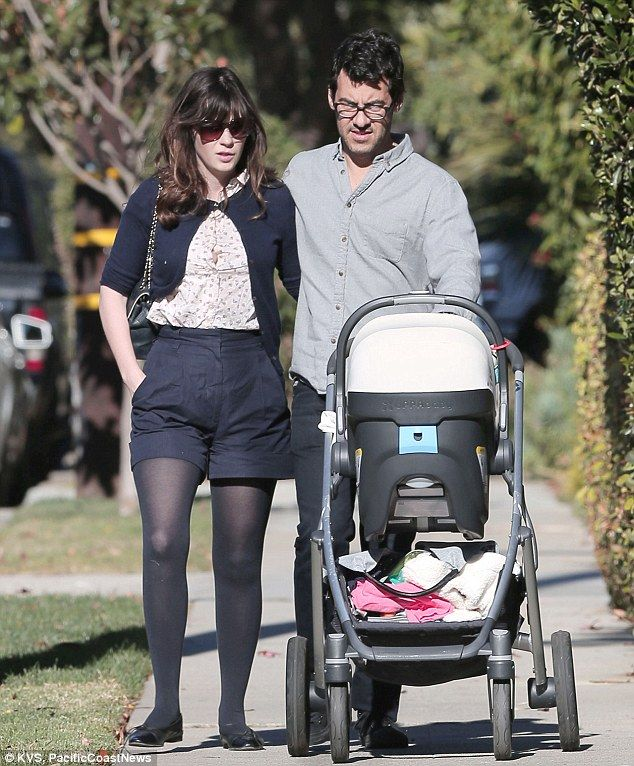 Zooey Deschanel And Husband Jacob Beam As They Stroll With Daughter Zooey Deschanel Style Zooey Deschanel Zoey Deschanel
