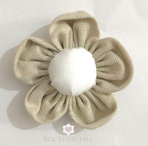 Come fare i fiori di stoffa shabby: Video tutorial semplice e super veloce per realizzare dei fiori di stoffa in stile shabby chic.