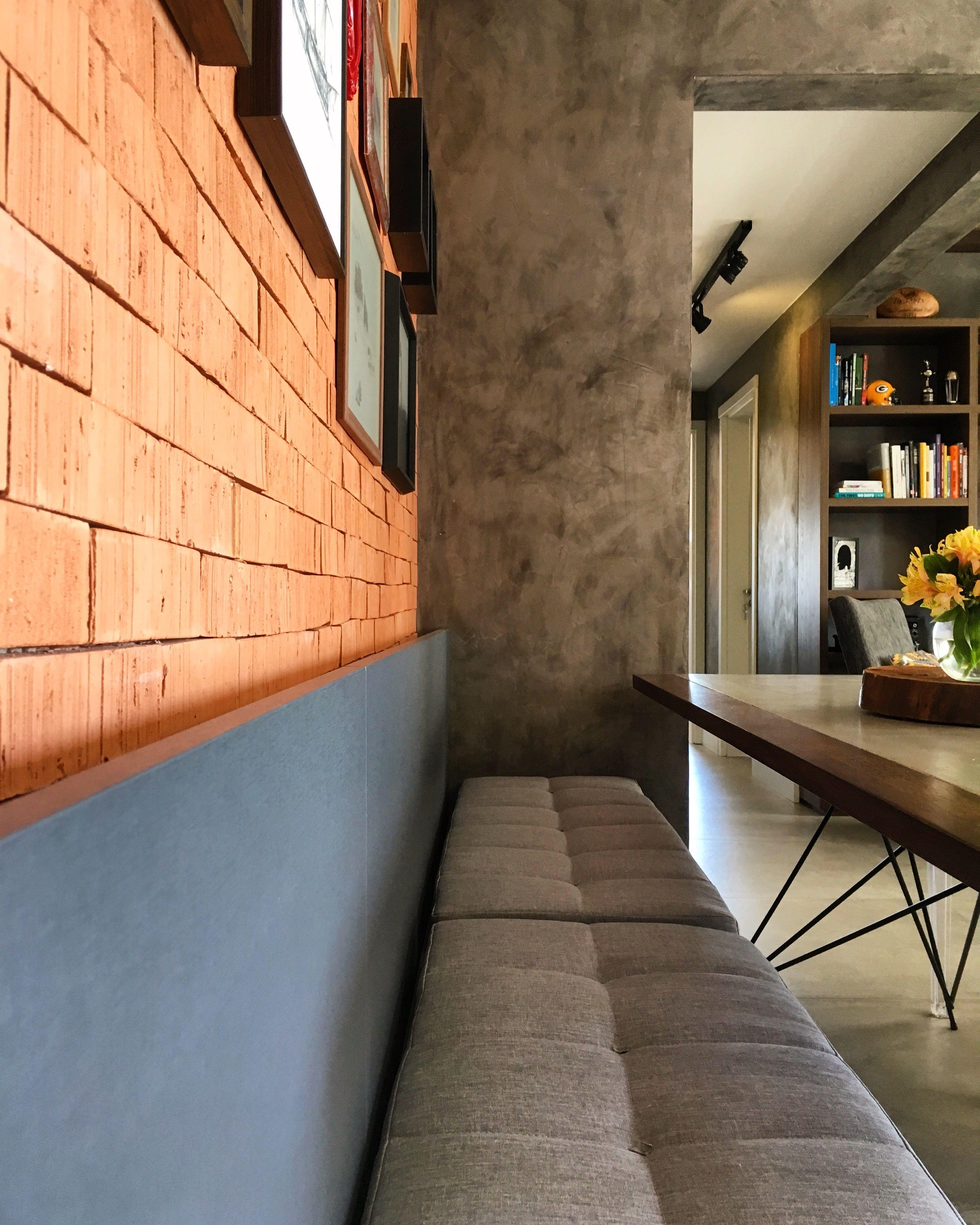 Sala De Estar Com Parede De Tijolos A Vista E Acabamento Em Concreto  -> Acabamento De Parede Para Sala