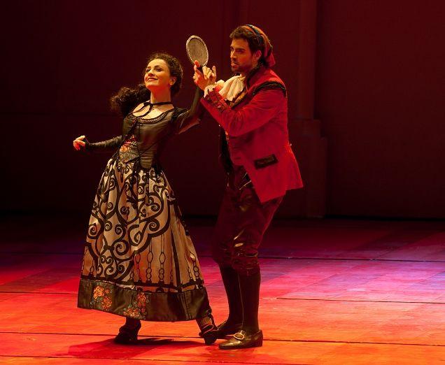 Rosina KETEVAN KEMOKLIDZE, Figaro LUCA SALSI, Regia Stefano Vizioli  Scene Francesco Calcagnini  Costumi Annemarie Heinreich, Teatro Regio, Parma, 2011