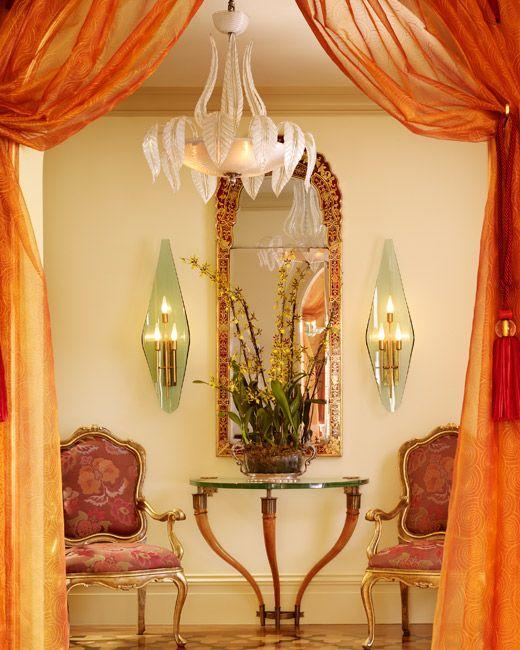 Marokkanisch Einrichten: Marokkanischer-stil-glanzvolle-möbel-drapierte-gardinen
