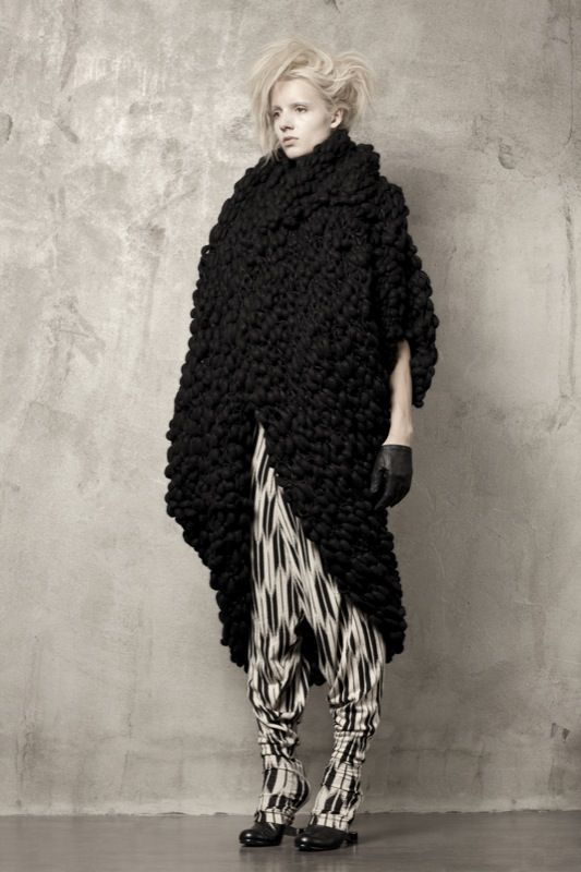 Uma-Wang-Knitwear-chunky-wool-bouclee-black-sweater-inspiration-cacoon-sideview.jpg 533×800 pixels