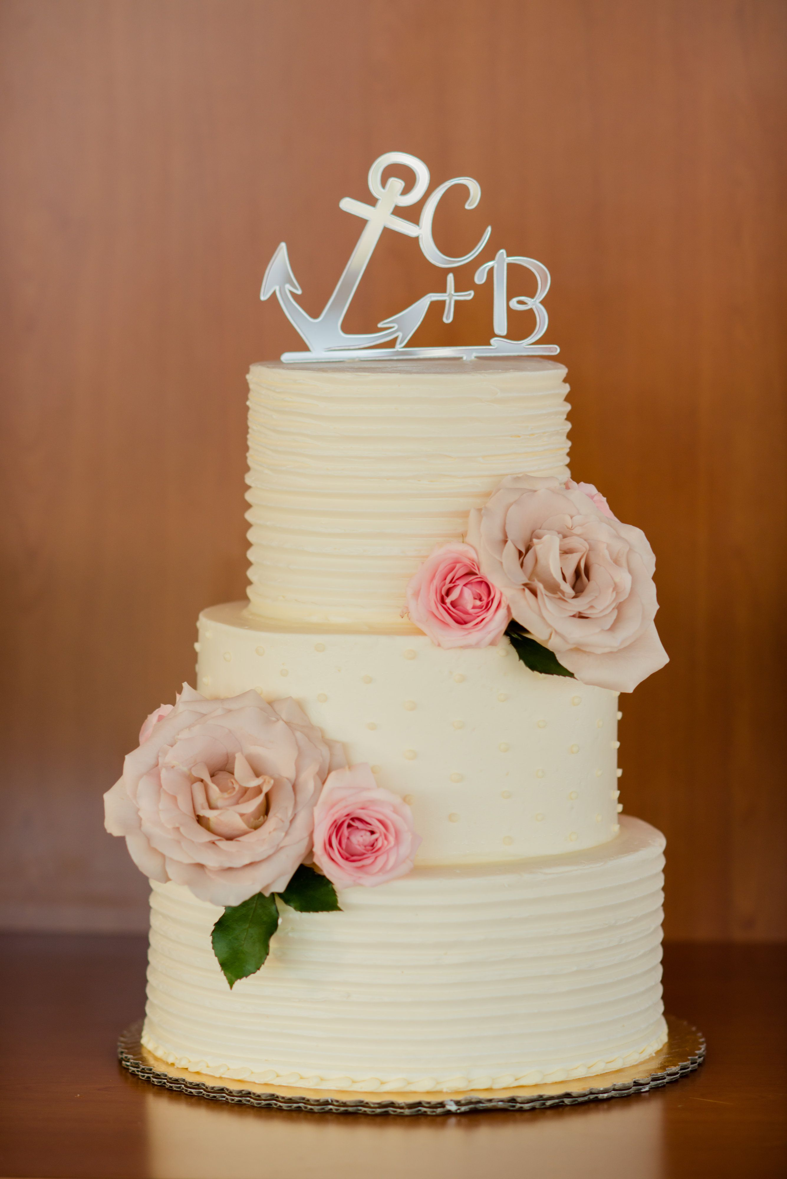 An Anchor Wedding Cake Topper We Love A Yacht Photo Melissa Elaine Photography Cake Anchor Wedding Cake Topper Anchor Wedding Cake Wedding Cake Toppers