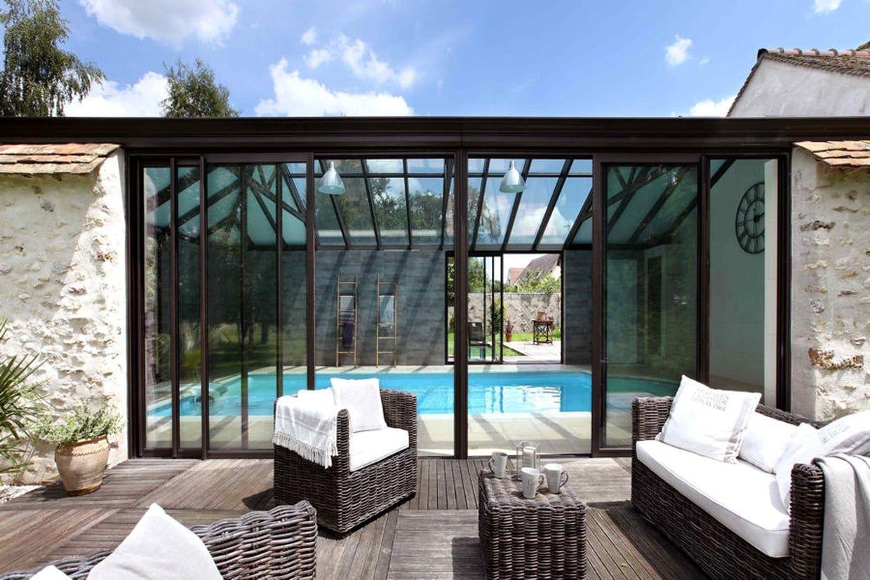 Une véranda avec pierres apparentes   Veranda piscine