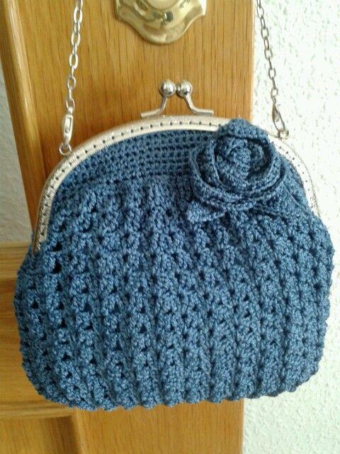 Bolso a ganchillo realizado con hilo de seda en color azul antracita con boquilla plateada.