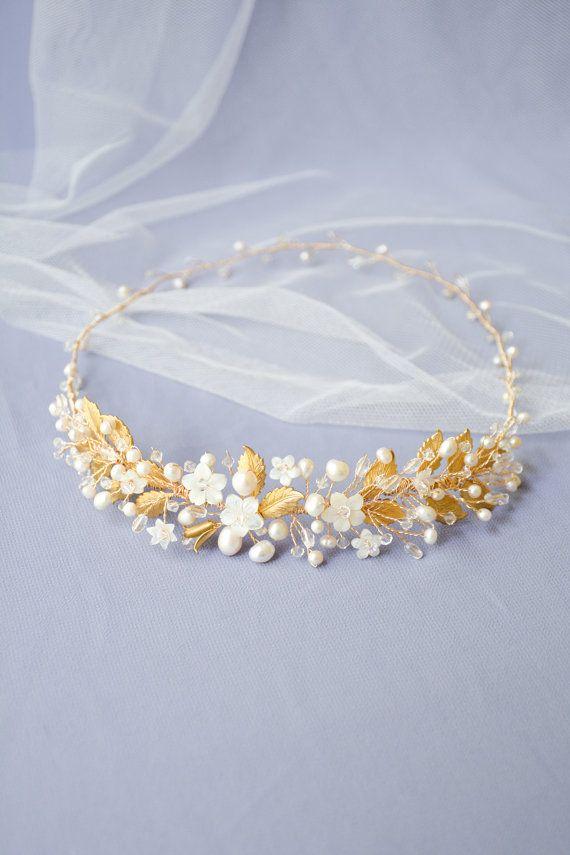 Voller Majestät und Glamour, die Constance gold Braut Krone ist eine ...