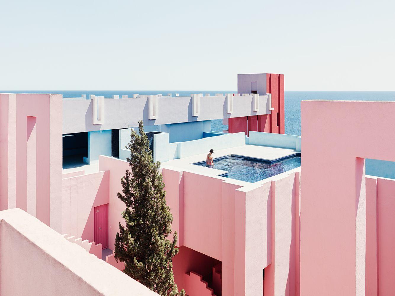 Galería de La Muralla Roja de Ricardo Bofill bajo el lente de Gregori Civera…