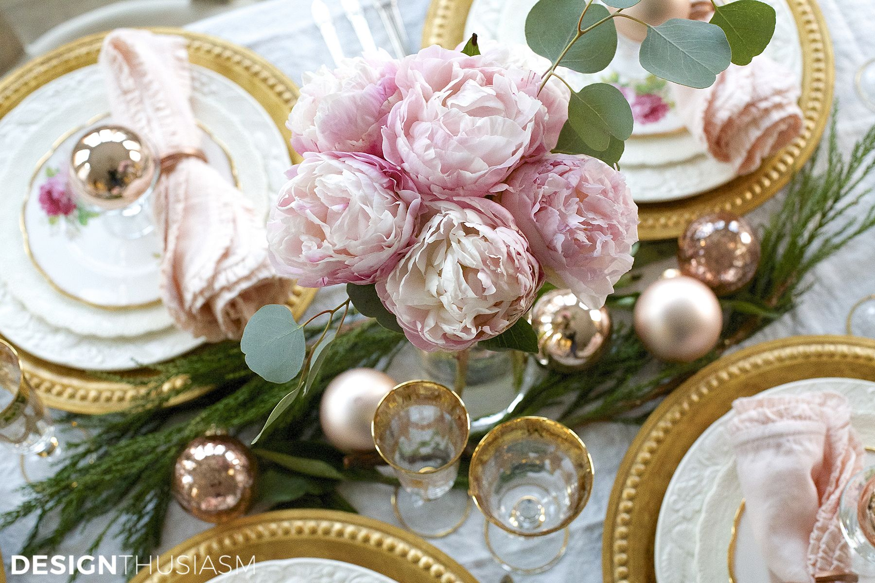 Elegant Christmas Table Setting With Pink And Gold Pink Christmas Tablescapes Christmas Table Pink Xmas