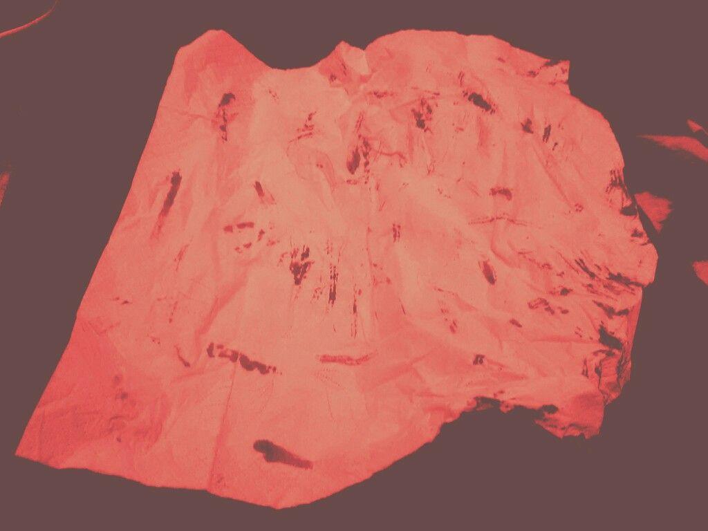 Nicht alle, die sich ritzen, lassen das Blut auf die Erde Tropfen. Manche auch auf ein Taschentuch 3-(