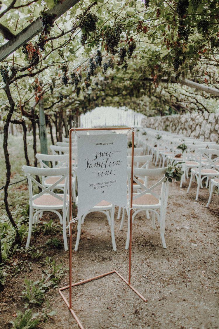 Freie Trauung Hochzeit Italien Schild Weinberge Crossback Chairs Weinreben Sitzplatz Schild - Julia und Gil Fotografie