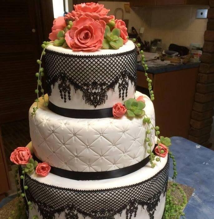 Um bolo com um trabalho artístico pormenorizado.