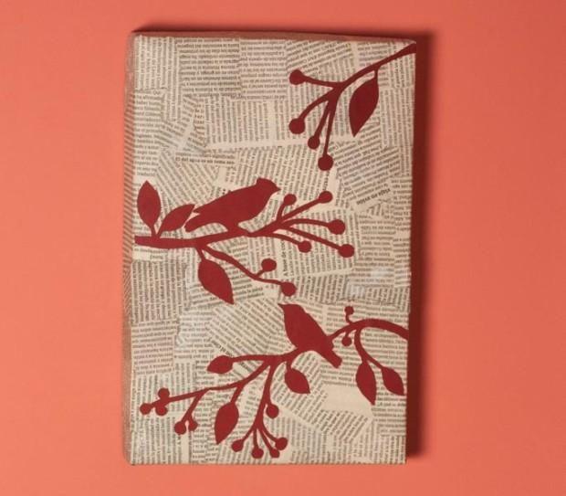 C mo hacer un cuadro con una tapa de cart n y peri dicos - Manualidades con periodico ...