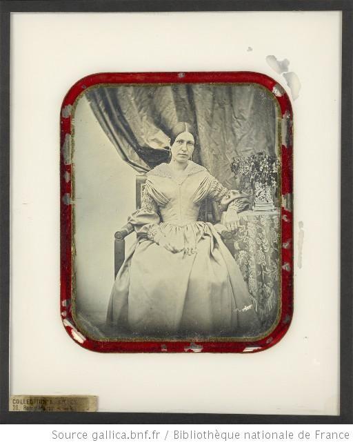 Portrait de femme, à mi-jambes, de face, tête inclinée à droite, assise dans un fauteuil, l'avant-bras gauche sur une table (1842-1855) http://europeana.eu/portal/record/9200103/6B65449ABD1023FFD2D731BCD4BB092DC8B248C4.html