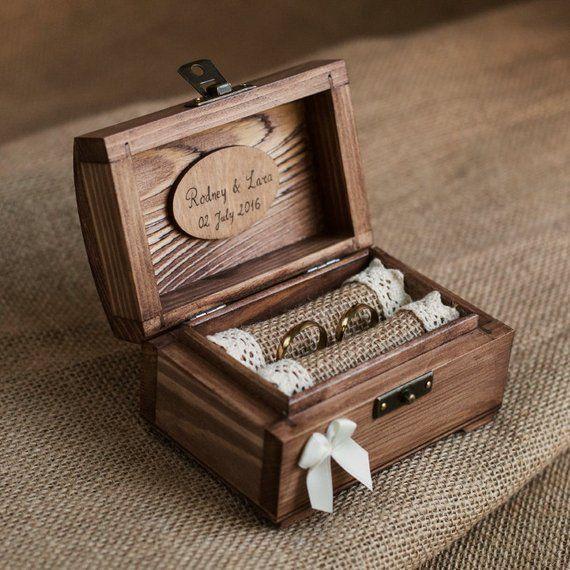 Boîte de bague de mariage personnalisé. Boîte à bagues en bois. Support de bague rustique. Porteur de lanneau. Boîte de délicat et romantique