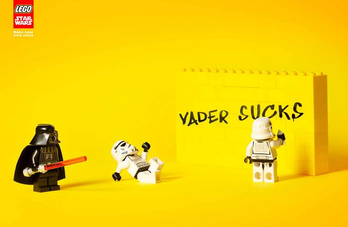 Estos carteles de LEGO Star Wars invitan a crear una historia propia y a ser creativo con estas divertidas figuritas y sus piezas, aunque en esta ocasión el humor negro y las propuestas no son nada infantiles.