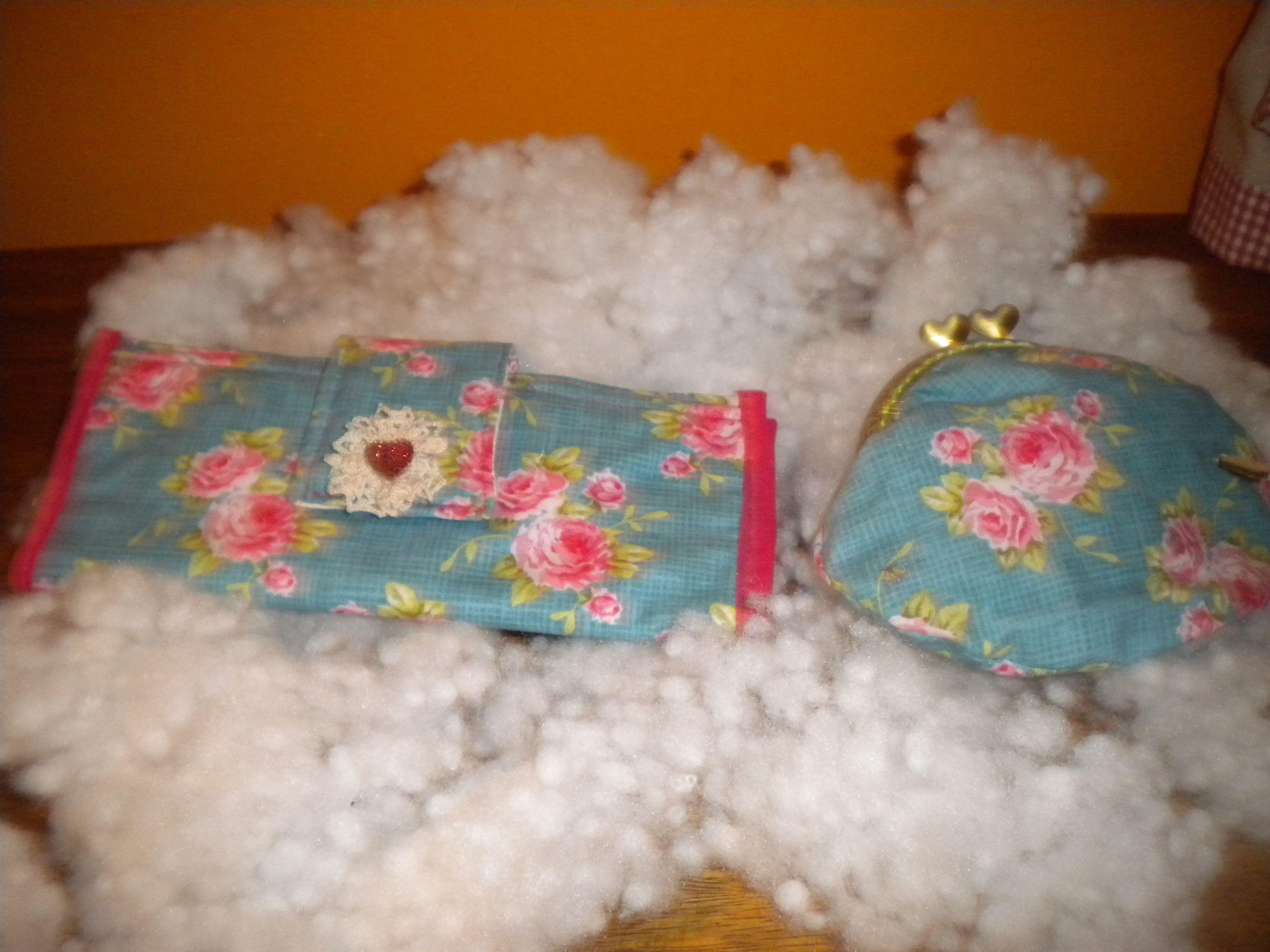 Bolsa porta cartões,dá para 8 cartões,tem vários compartimentos para documentos e 1 bolsa com fecho. Porta moedas com fecho da avó a condizer.