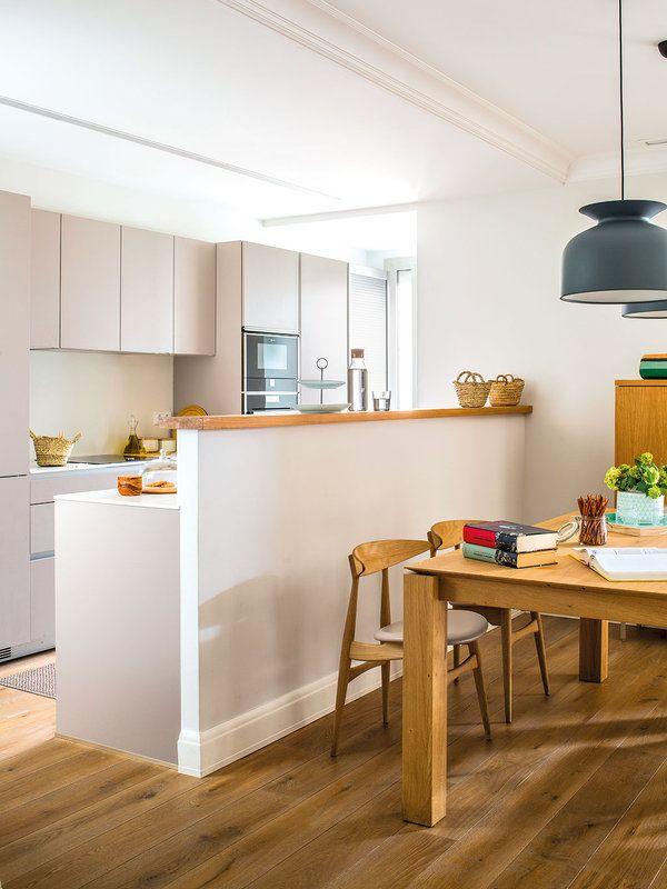 Una estupenda vivienda funcional c lida y atemporal for Separacion de muebles cocina comedor