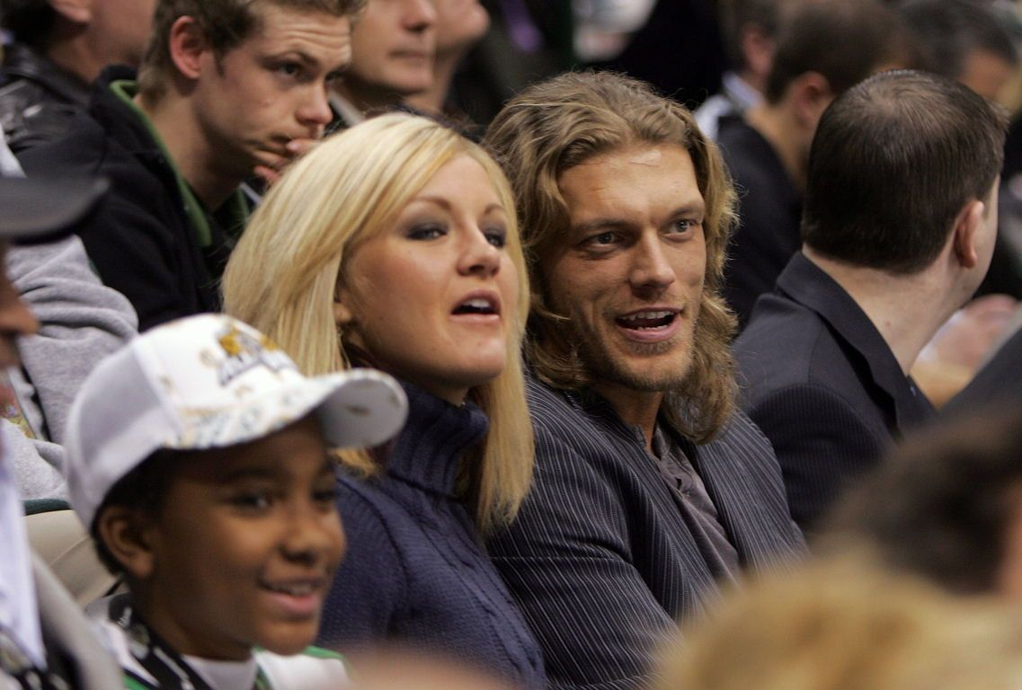 When did edge start dating beth phoenix
