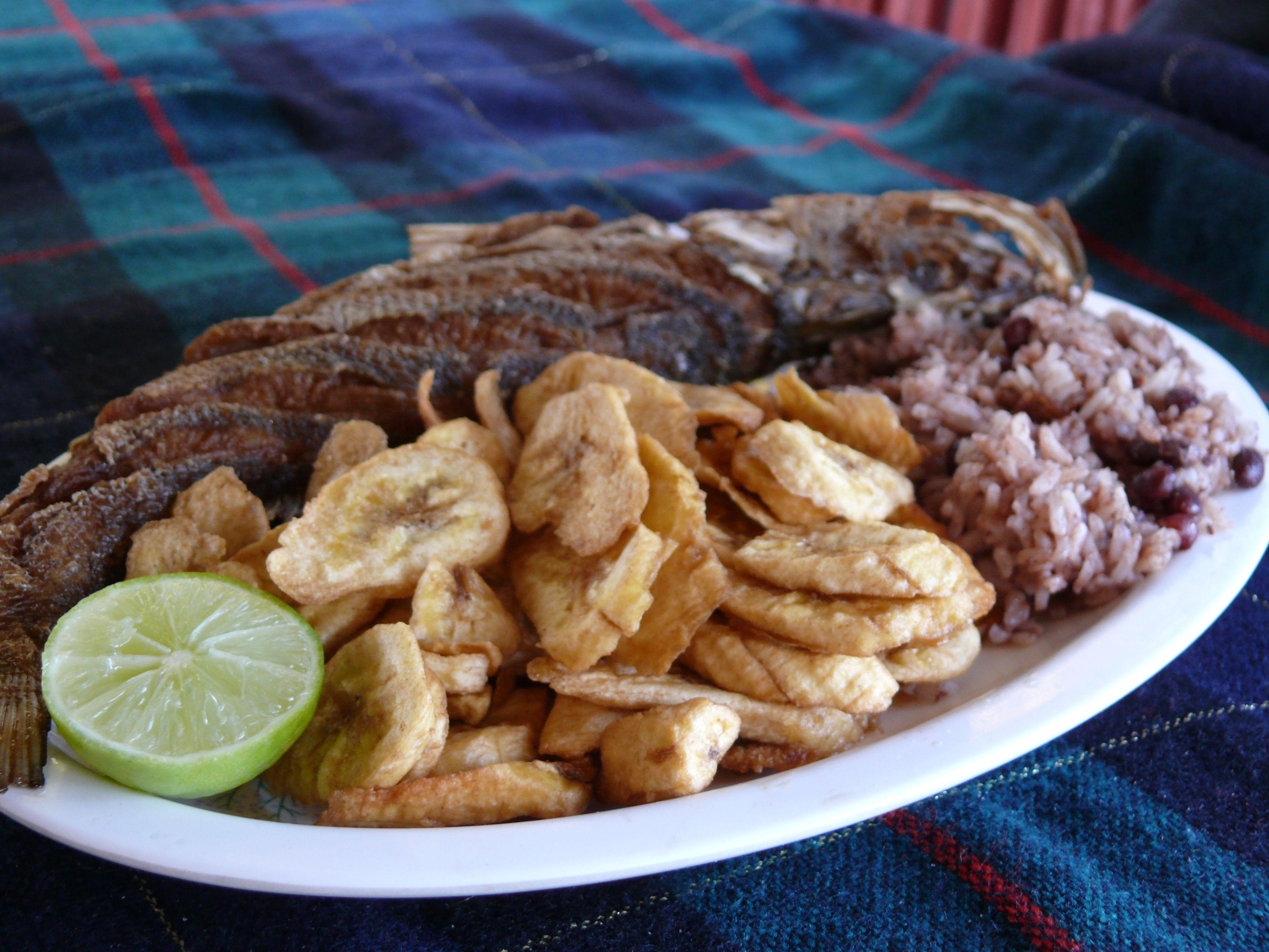 pescado frito con tajadas y casamiento arroz con frijoles
