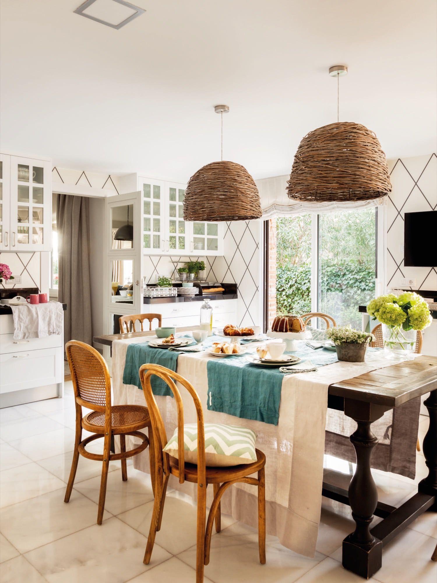 Cocina con papeles pintados de rombos y gran mesa rustica en el ...