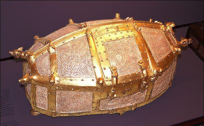 Cammin-skrinet. Lavet elfenben. Dekoreret i mammenstil, og skandinavisk af oprindelse. Skrinet forsvandt under 2. Verdenskrig.