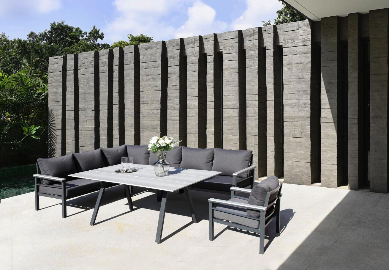 Grau Modern Und Gemutlich Gartenlounge Mit Tisch Gartenmobel Leben Unter Freiem Himmel Garten Lounge