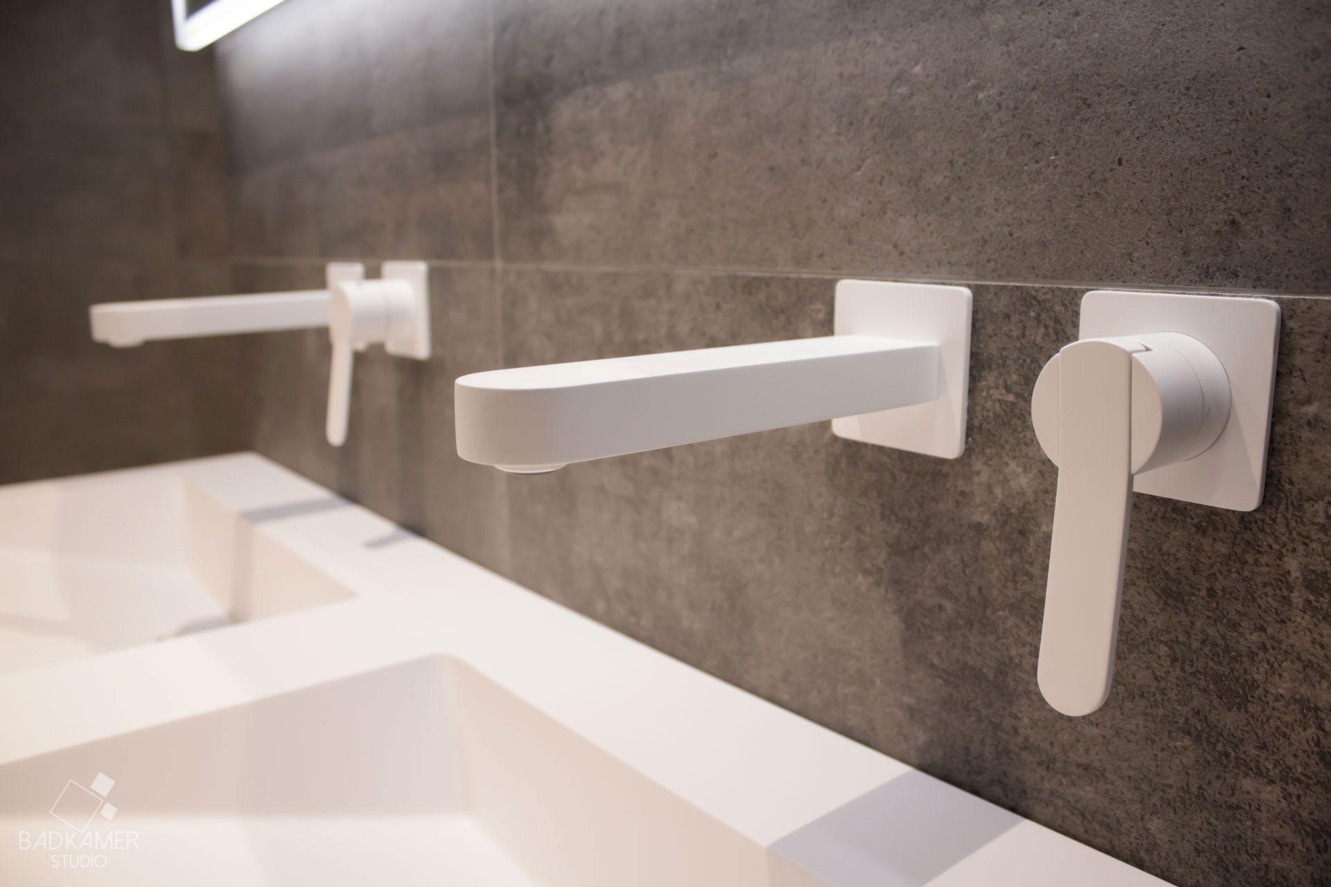 Maatwerk badkamer met overall grijze look, mat witte kranen en een ...