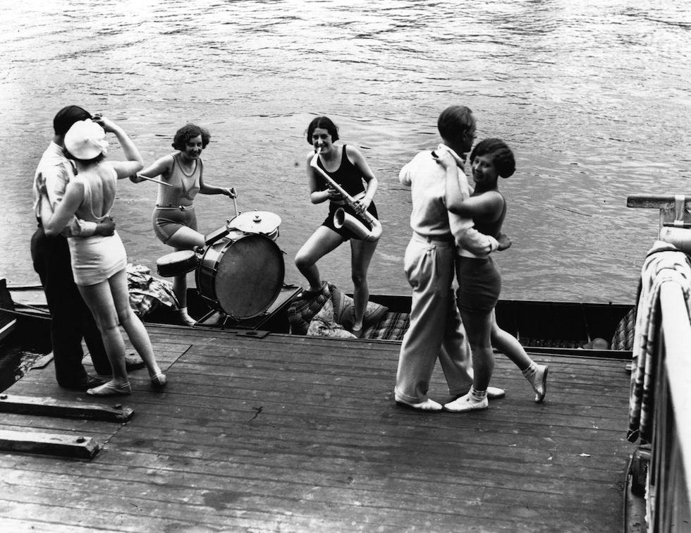 IlPost - Due coppie ballano mentre due ragazze suonano jazz in riva al mare, in una località non specificata in Gran Bretagna, il 20 giugno del 1931. (Fox Photos/Getty Images)