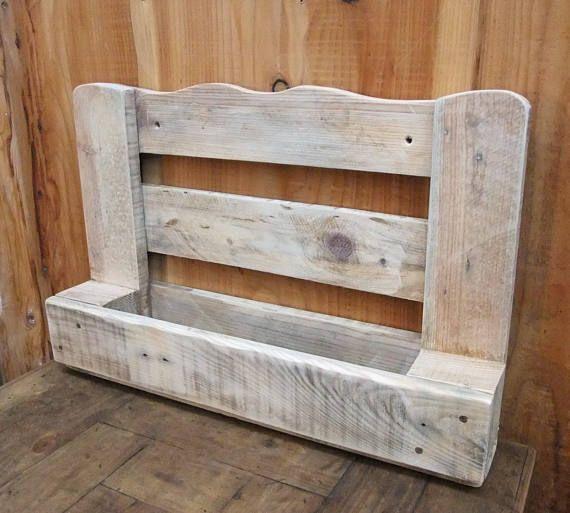 Grueso madera vino estante de la plataforma llena de encanto rústico - pared de madera