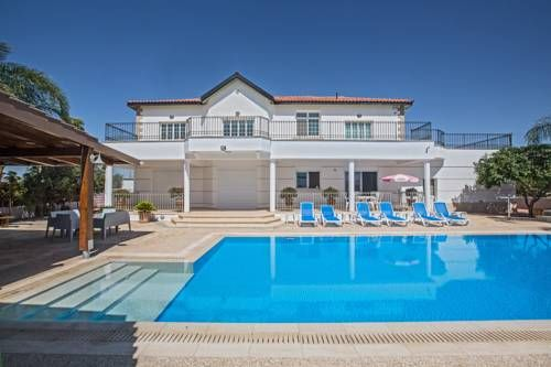 Papas Villa Paralimni Boasting an outdoor pool, Papas Villa is situated in a quiet and prestigious area on the outskirts of Paralimni, just a few minutes drive from Protaras and Ayia Napa. Free WiFi is available throughout.