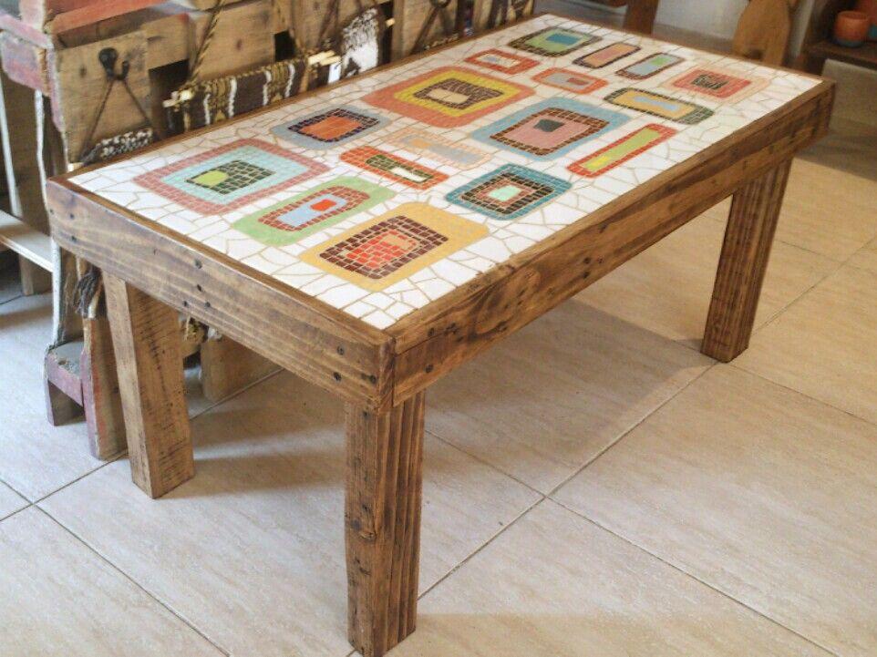 Mesa de living con t cnica de mosaiquismo y madera de for Mosaico madera pared