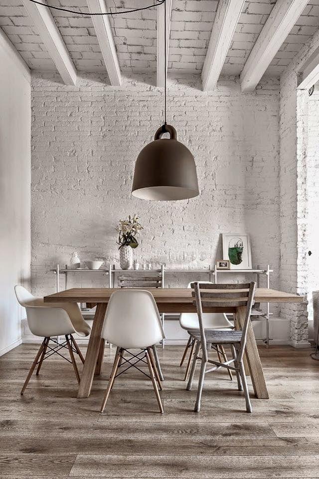 Petit côté rustique très lumineux pour cette salle à manger avec du