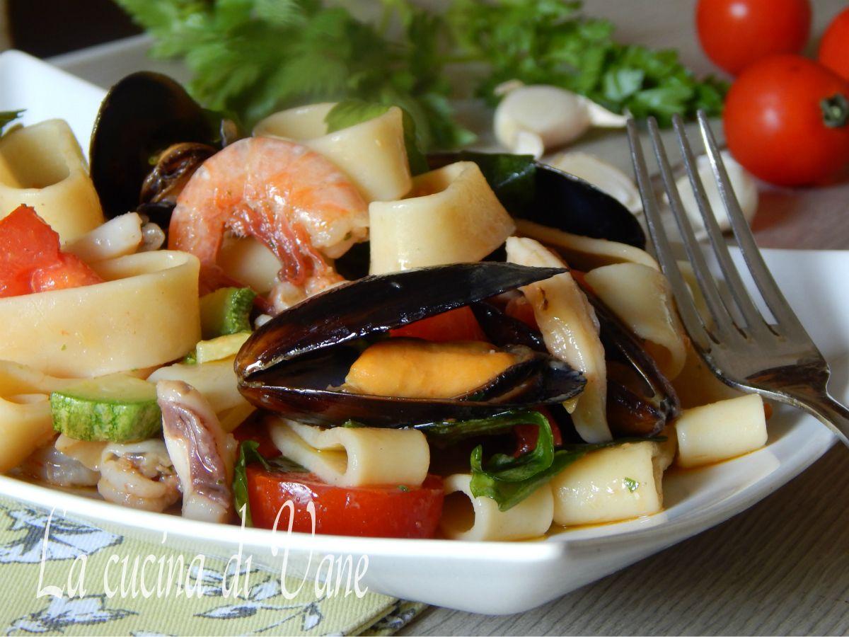 calamarata fredda mari e monti, ricetta primo piatto estivo freddo gustoso con gamberi, cozze, calamari, pachino, zucchine, rucola. Facile da fare e gustoso