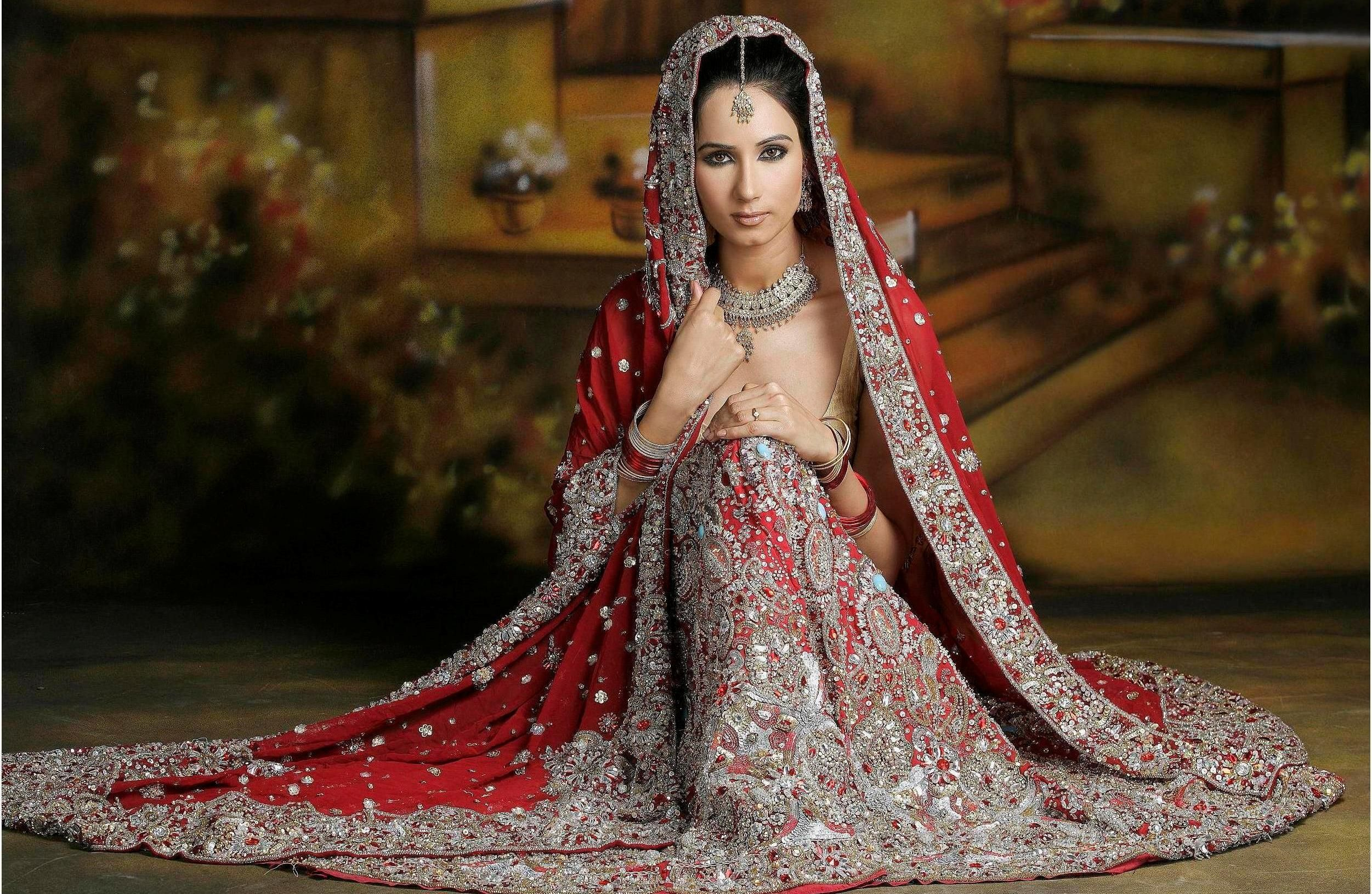 Indian bride in traditional indian wedding gown | World Ethnic ...