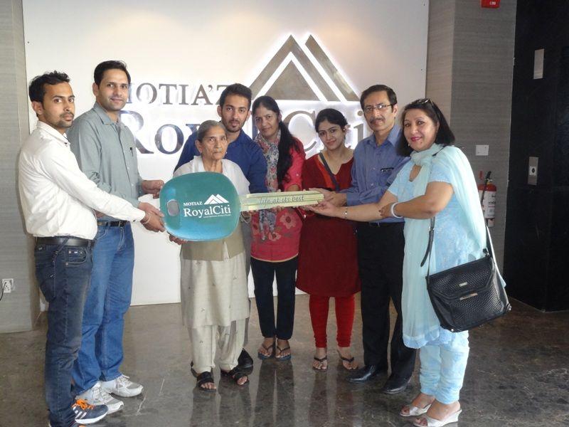 #MotiazRoyalCiti : Possession Update #3BHKFlatsinZirakpur with Aruna Bedi & Amerjit Singh Bedi