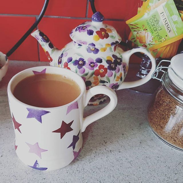 I've had such a busy few weeks so I'm enjoying a lazy day. Lots of tea and catching up with the bake off 🙂 #lazyday #sofaday #cuppa #emmabridgewater #emmabridgewateraddict #bakeoff