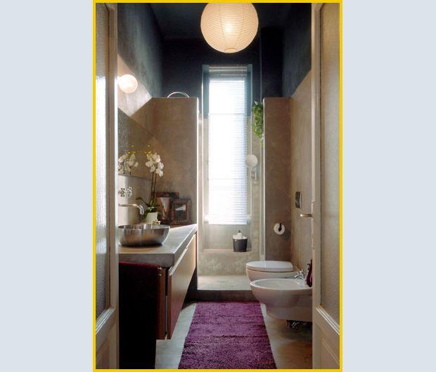 Doccia in fondo di fronte alla finestra bagno pinterest long narrow bathroom narrow - Bagno con doccia davanti finestra ...