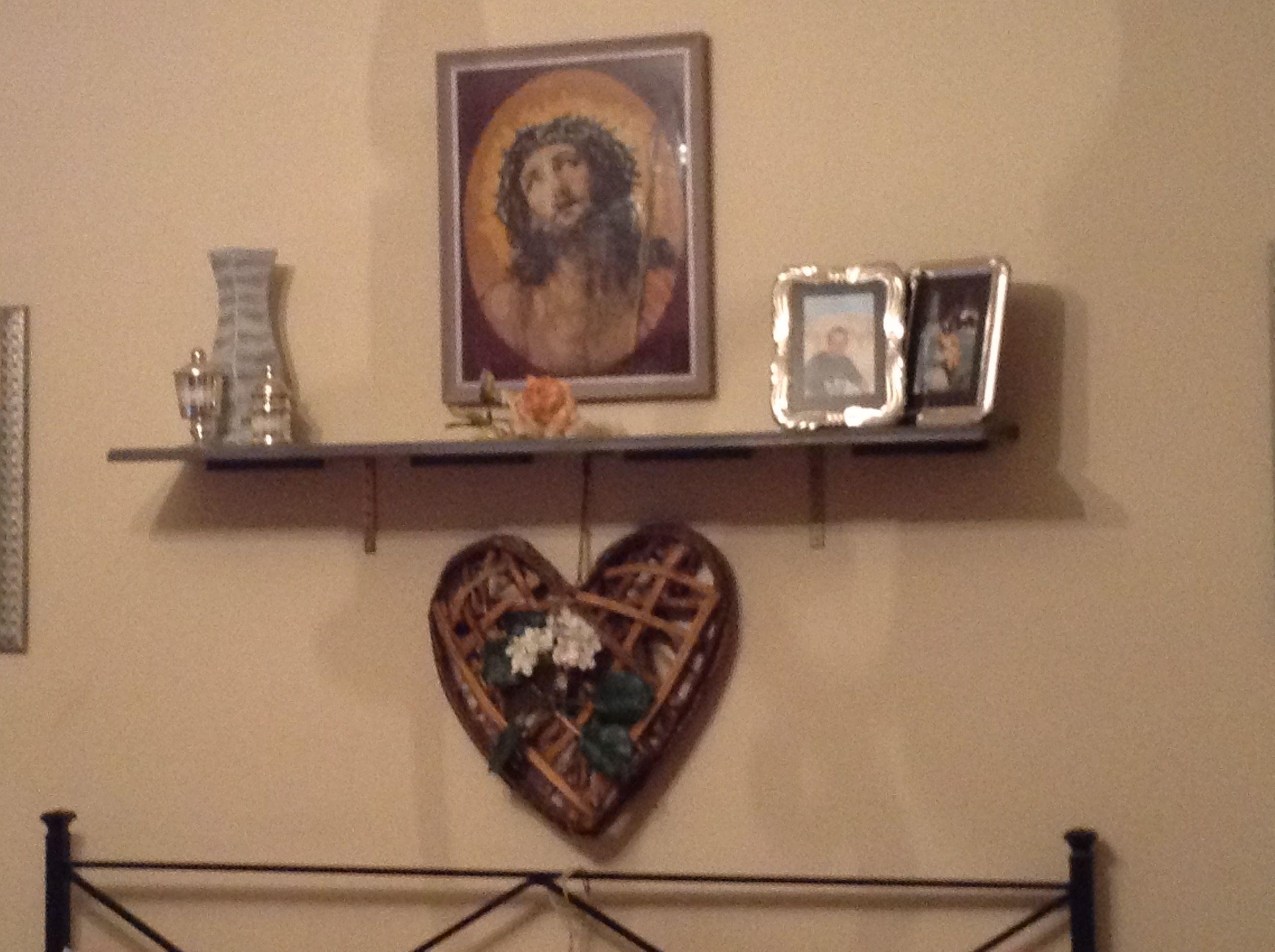 Aggiunto una mensola sopra il letto per mettere il cristo for Mensola sopra letto
