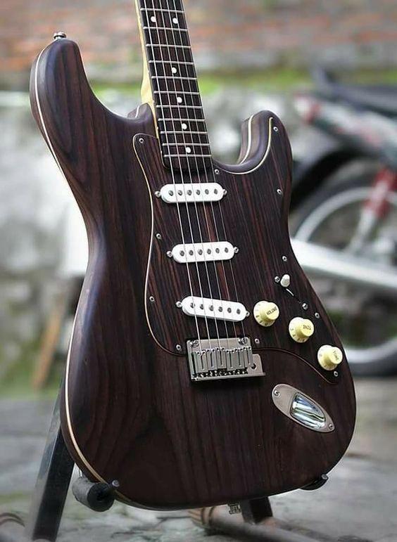 great looking stratocaster guitar 3692 fenderstrat stratocasterguitar best electric guitar. Black Bedroom Furniture Sets. Home Design Ideas