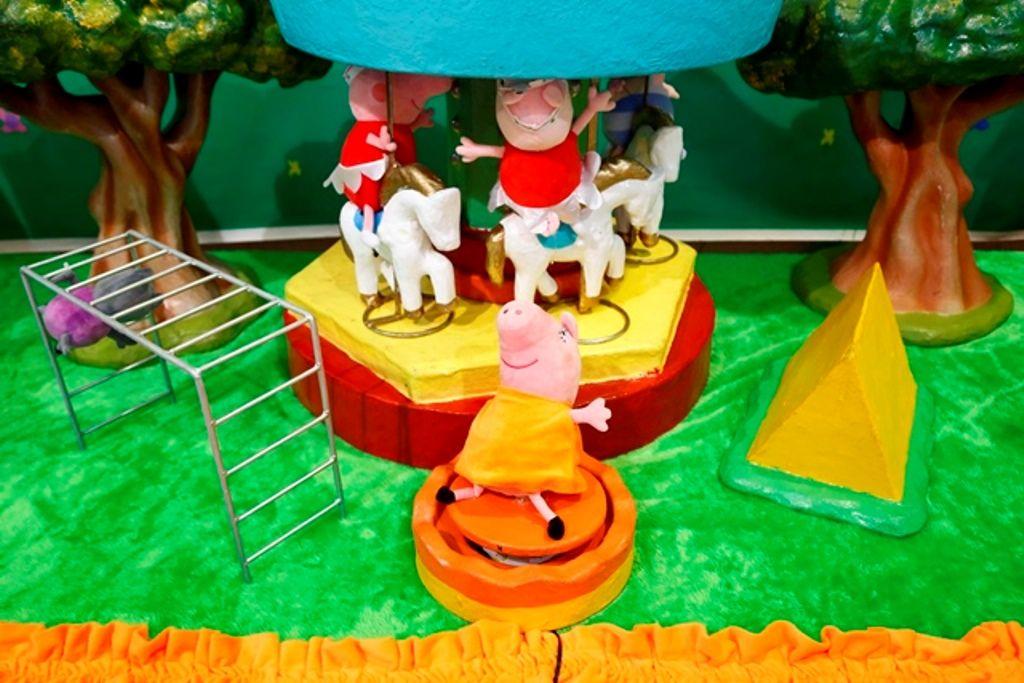 Linda festa da Peppa Pig. No detalhe, a personagem no carrossel. Mais fotos no blog Mamãe Prática. Aqui http://mamaepratica.com.br/2014/08/22/festa-da-peppa-pig/ decoração infantil, festa infantil, festa, Peppa Pig, festa da Peppa, porquinha, criança, infância
