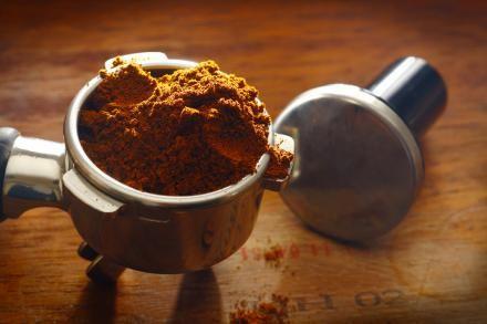 5. Kafferester på kompostbunken - Kafferester indeholder nitrogen - et vigtigt næringsstof for planter. Mange cafeer giver gerne deres kafferester til kunder, der beder om det.  Det reducerer cafeernes affaldsmængde og kan bruges til dyrkningen af økologisk frugt og grønt. 6. Kaffe kan opsuge tungmetaller  Kafferester kan endda opsuge skadelige tungmetaller som krom, kobber, nikkel og bly. metaller, der ved et uheld kan sive ud af kemifabrikker og landbrug og forårsage stor skade.