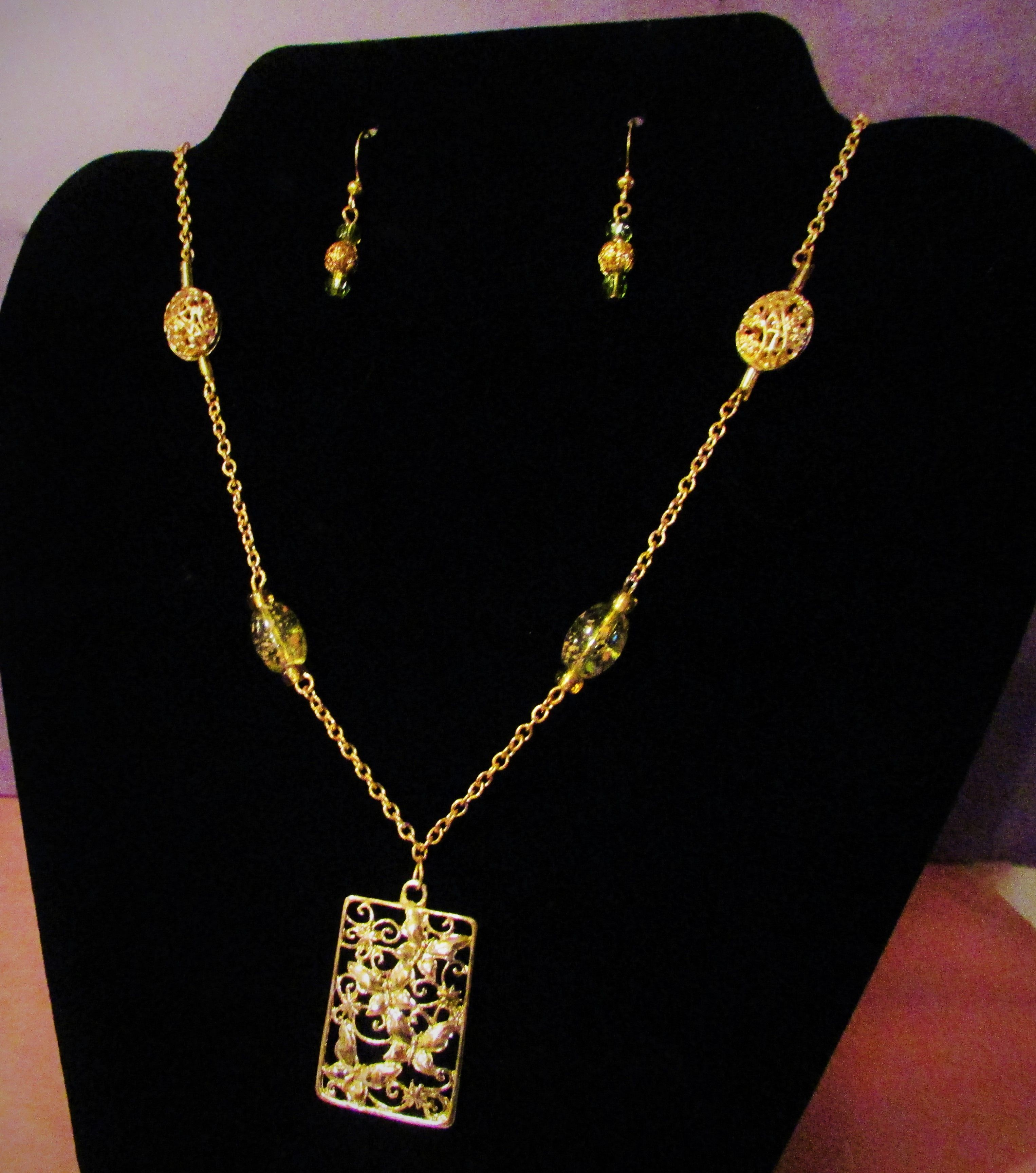 Throw back vintage style necklace u earring set gold chain