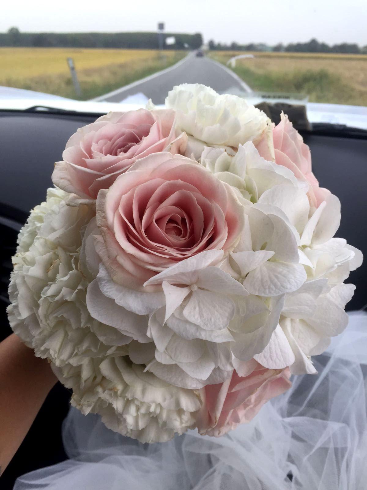 Bouquet Sposa Rose E Ortensie.Bouquet Da Sposa Realizzato Con Ortensie E Garofani Bianchi E Rose