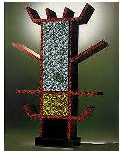 에토레소트사스가 디자인한 식기찬장으로, 이름은 카사블랑카입니다. 독특한 패턴이 특징입니다.